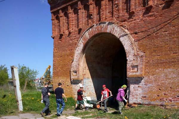 Сотрудники и подучетные УИИ УФСИН России по Тверской области помогли в расчистке территории Желтикова монастыря