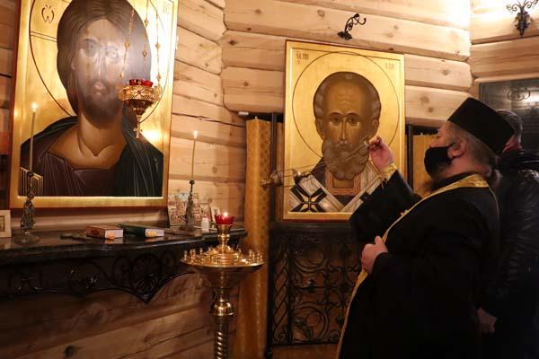 Панихиду в часовне Спаса провел отец Михаил, помощник начальника УФСИН по организации работы с верующими